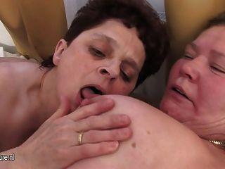 Abuelas maduras comparten una dura polla