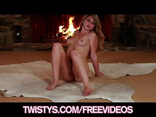 Linda juguetona staci silverstone masturbates por el fuego