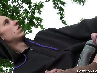 Amateur europeo obtiene handjob en parque público