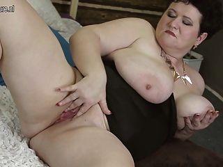 Mama de pecho grande jugando con su coño de edad