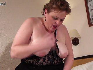 Madre blanca grande con vagina hambrienta