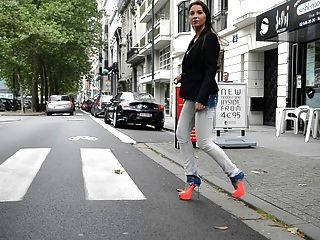 Julie skyhigh: slut walking public en gml tacones altos y pantalones vaqueros