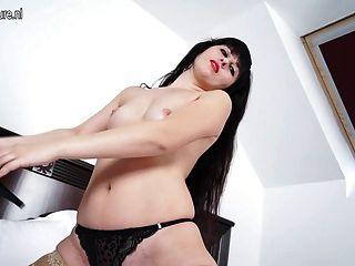 MILF caliente se masturba en su cama