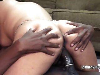 Latina slut angel toma un poco de black dick
