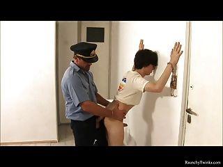 Chico travieso arrestado y jodido por la policía atrevido