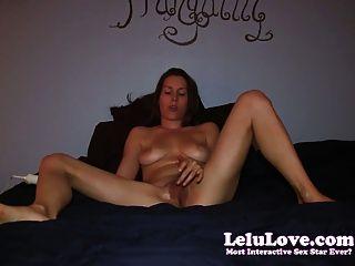 ¡La muchacha aficionada se masturba en cama a los orgasmos que se encrespan del dedo del pie 2!