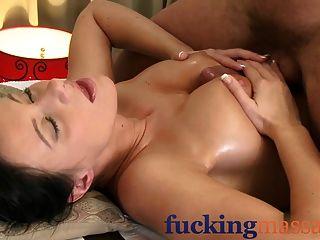 Sala de masajes mujer madura con coño peludo dado orgasmo