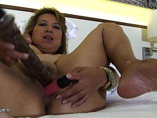 Niñera madura jugando con ella