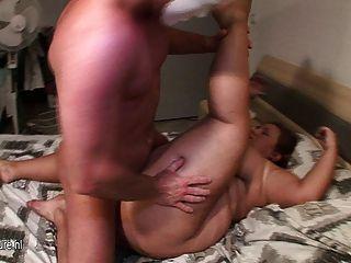 Madre gorda gorda titted grande follada por el muchacho joven