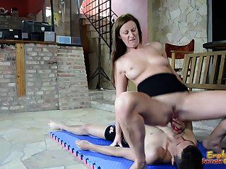 Lara latex hace esclavo a la mierda con el juguete