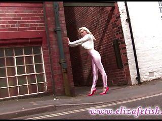 Rubia caliente que usa los pantalones rosados del disco y choos del jimmy.