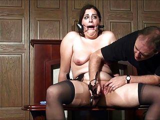 Milf obtiene orgasmos por tortura 2 de 2