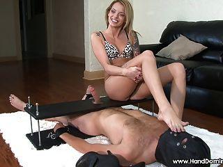 Hermosa patrona de pie muestra sus hermosos pies