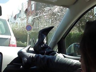 Perra rica en el coche desnudo bajo trinchera y muslo botas altas