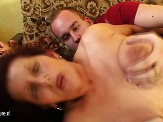 Abuela folla a un niño