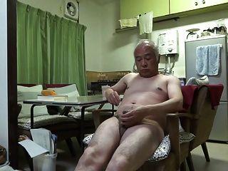 Viejo hombre japonés sentimientos buenos incluso tocar el pezón