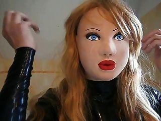 Muñeca de látex enmascarada con peluca rubia
