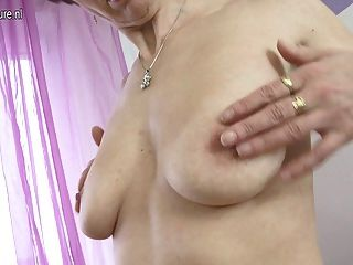 Madre madura con coño hambriento peludo