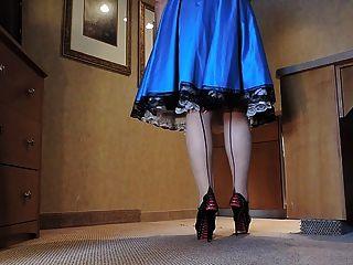 Sissy ray en vestido de raso azul en la cocina