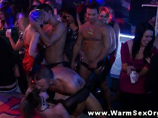 Cachonda folladas de fiesta en la orgía follada