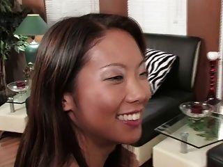 Morena hermosa y asiática sexy compartir un consolador doble (hd)