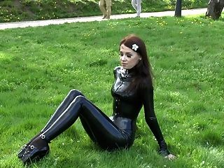 Natural brunette tacones de ballet y latex catsuit 2