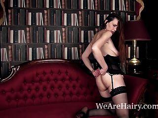 Mística se masturba después de un striptease erótico