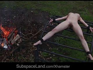 Esclavo indefenso flaco explotado fuera por su maestro