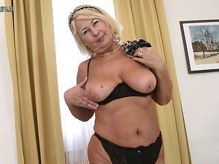 Magnífica abuela con vagina hambrienta