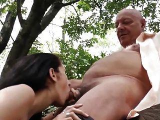 Los hombres viejos córneos seducen a esposa embarazada de los vecinos