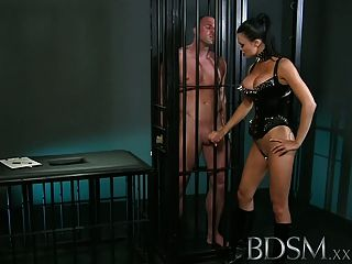 Bdsm xxx sub muscular está enjaulado y humillado por la amante
