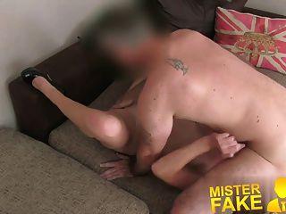 Misterfake enojado marido interrumpe agente follando a su esposa