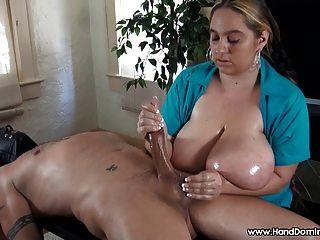Cfnm busty handjob erección perdida en escote