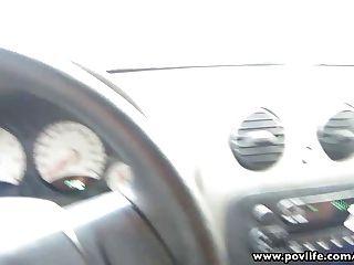 Povlife busty latina punk babe dedos en el coche