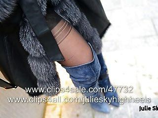 La chica más sexy en overknee botas desnudas bajo furcoat