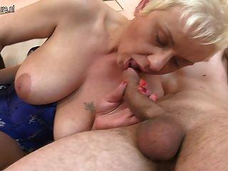 Tía madura follada en el culo por el joven