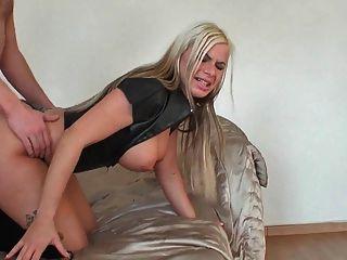 Rubia látex buena cogida y corrida en el culo