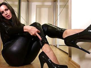 Nena sexy en catsuit negro brillante