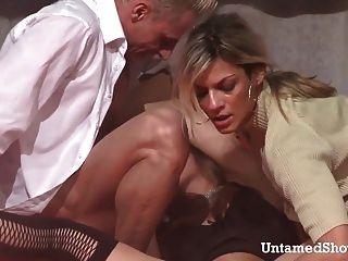 Dos strippers calientes follando una gran polla