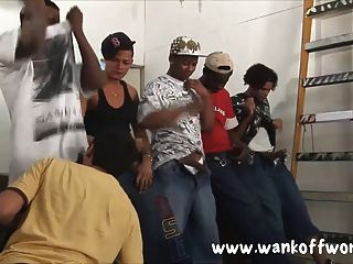 5 chicos negros gangbang un chico local