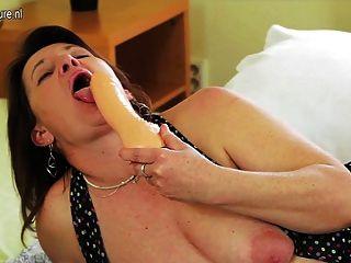 Madre rizada con vagina ancha y profunda