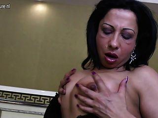 Madre árabe madura con gallo de goma negro grande