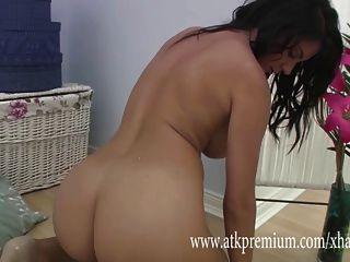 Roxy mendez se masturba lentamente en lencería