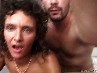 Preciosa puta engañando a su marido en un hotel