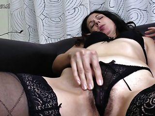 Madre madura folla su culo y coño peludo con los dedos