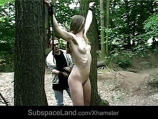 Claudie tomada en el bosque para ser azotado y jodido