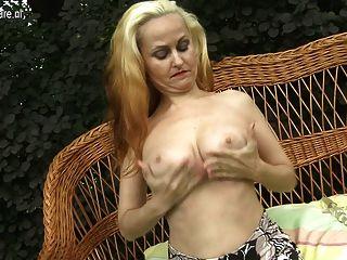 Caliente rubia madre jugando con su coño mojado en el jardín