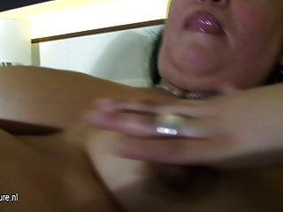 Madura guarra mamá jugando en su cama con un consolador
