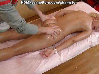 Rubia caliente desnuda masajeada y follada duramente por su masajista