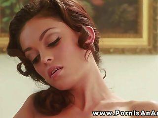 Mujer hermosa que se estimula